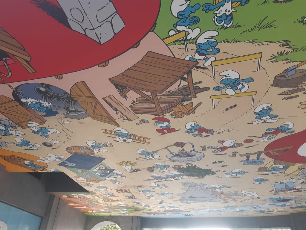 """Mural de """"Los Pitufos"""" junto a la Gare Centrale de Bruselas"""