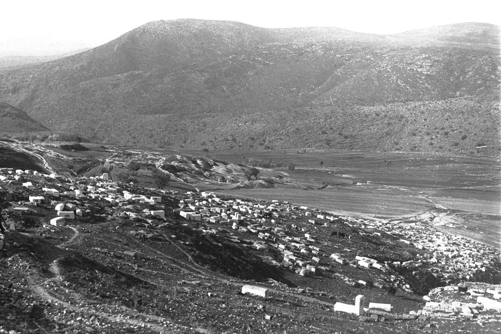 1937. Древнее кладбище недалеко от города Цфат. На заднем плане гора Ацмон