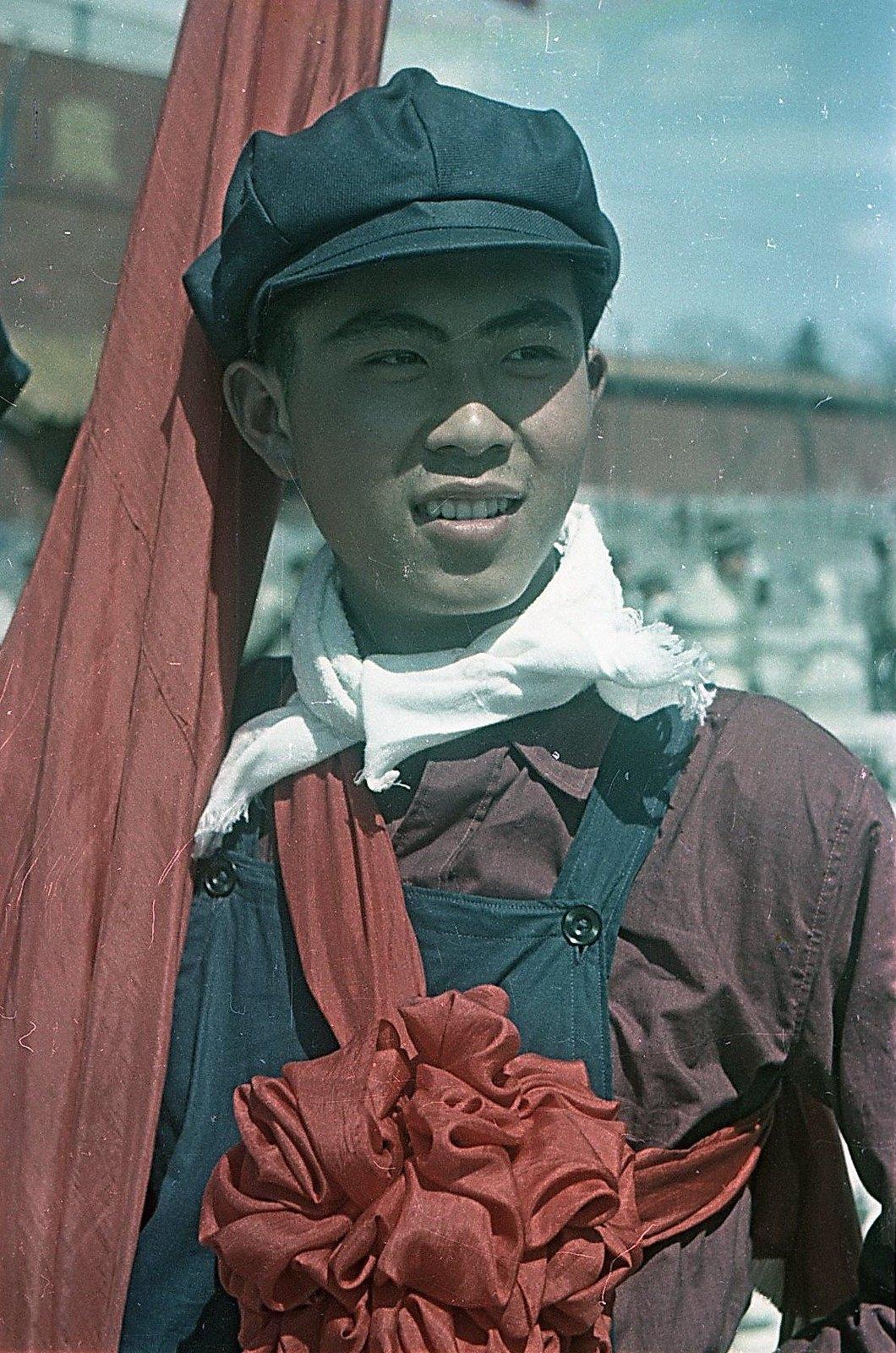 1949. Торжества на площади Тяньаньмэнь 1 октября. Участник народного ансамбля