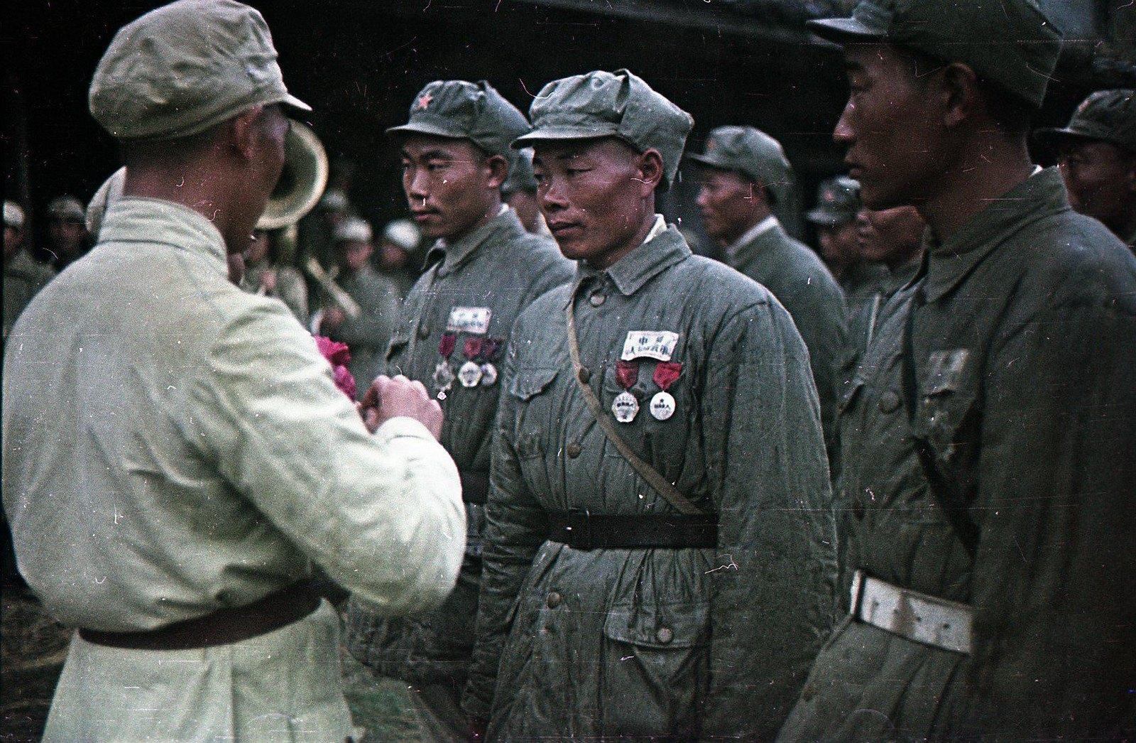 1949. Награждение бойцов Народно-освободительной армии Китая (НОА)