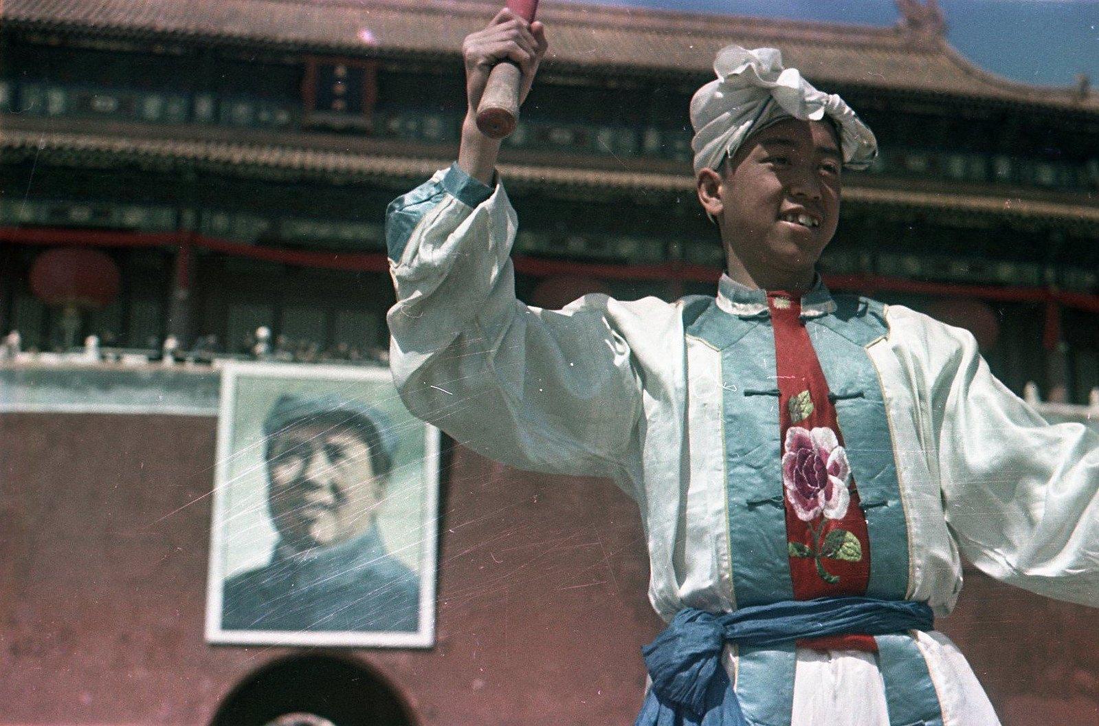 1949. Торжества на площади Тяньаньмэнь 1 октября. Участник народного ансамбля - барабанщик