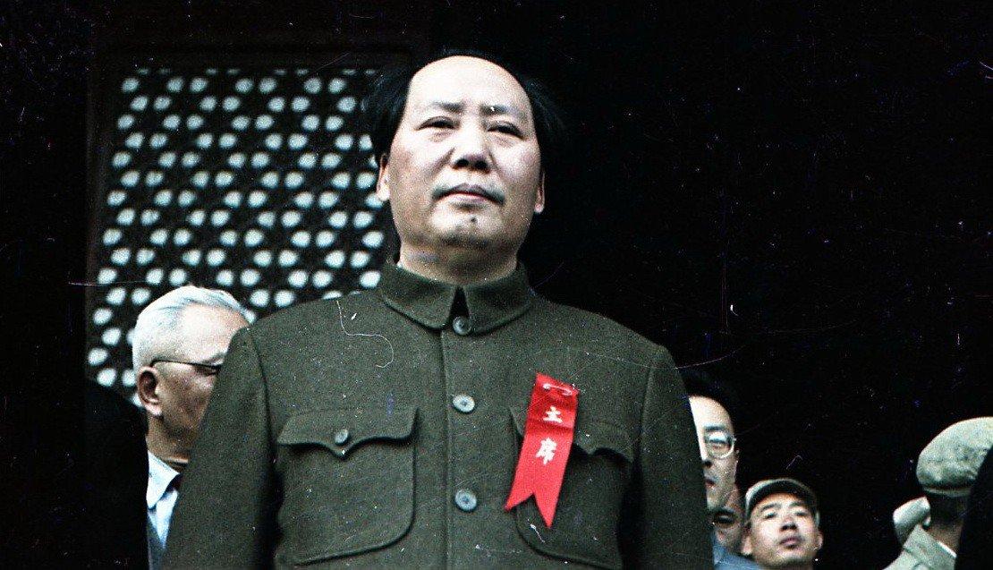 1949. Руководитель Коммунистической партии Китая Мао Цзедун на правительственной трибуне на площади Тяньаньмэнь в День провозглашения Китайской Народной Республики. 01.10.