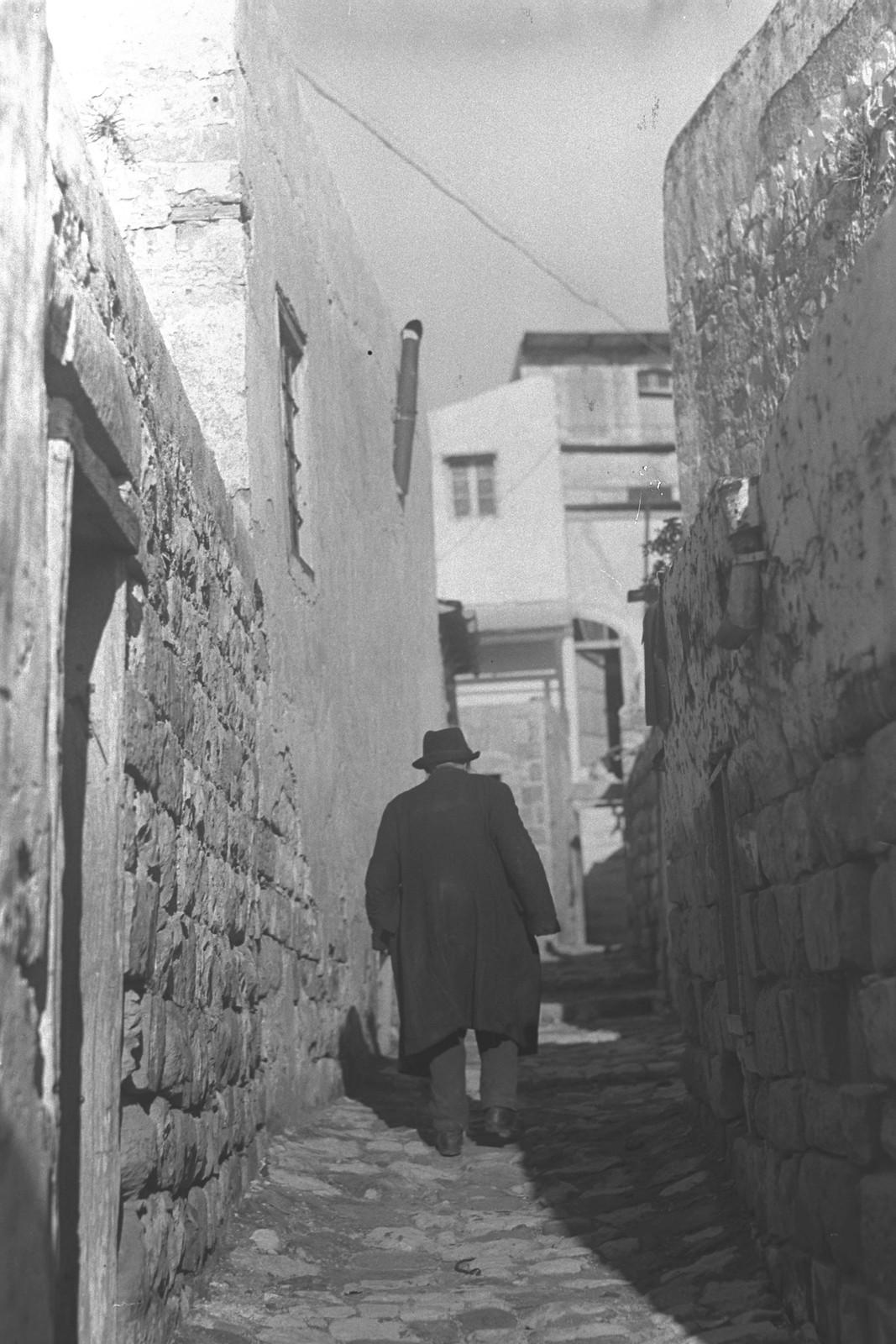 1937. Узкий переулок в городе Цфат.