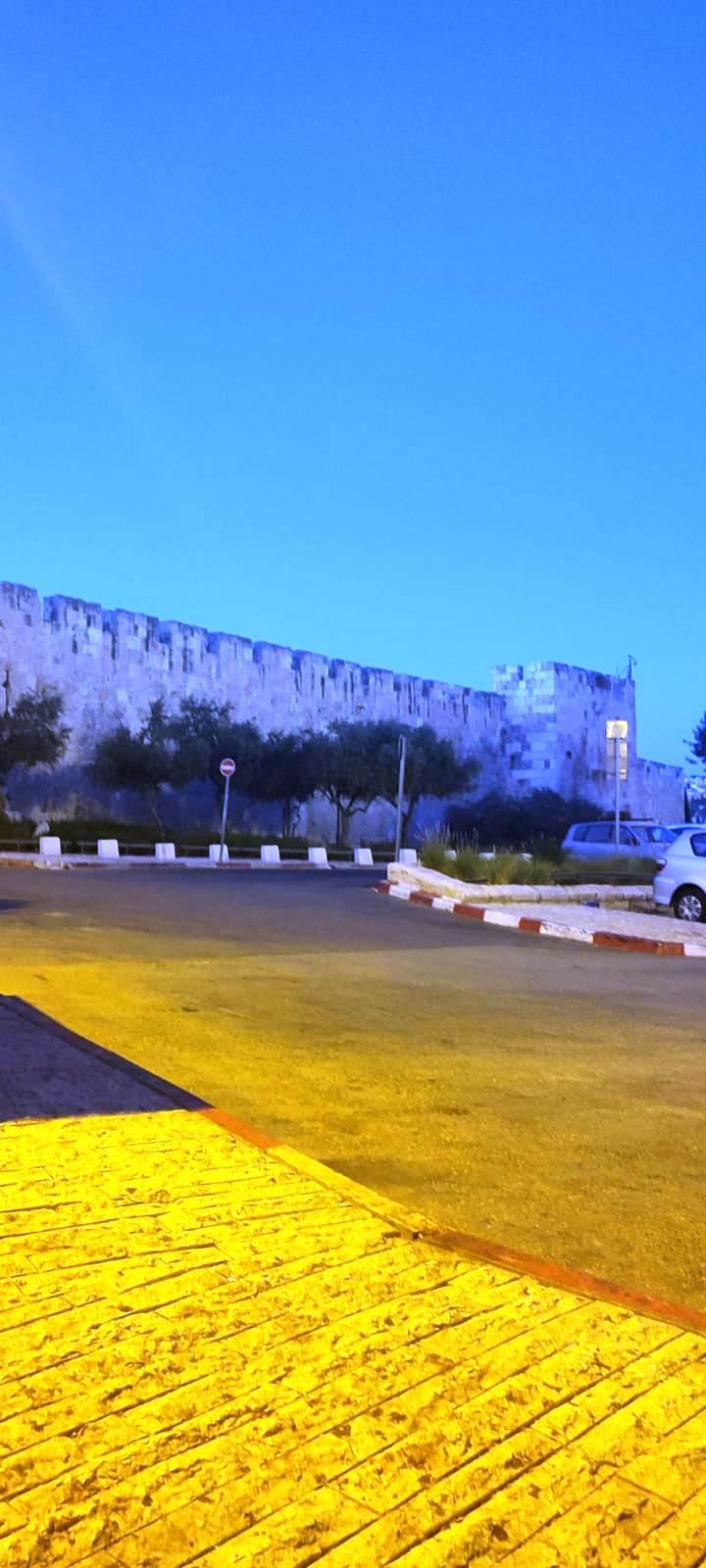 15. Поздно вечером пьем кофе и смотрим на стены старого города