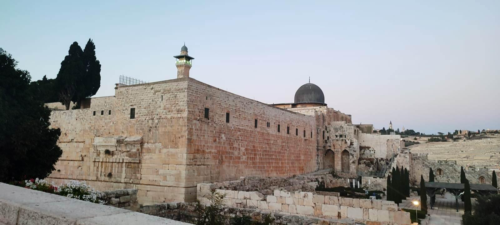 13. Вид с площади у стены Плача