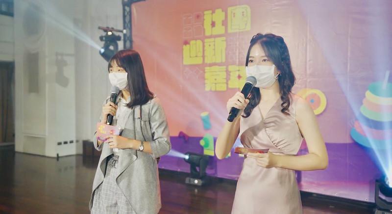 社團迎新嘉年華總籌趙若谷(右)和副籌邱悅聞(左)。
