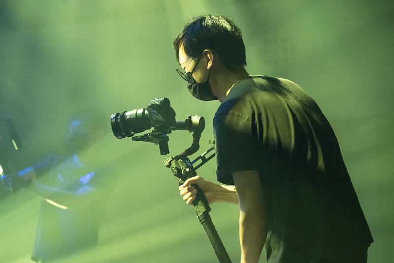 攝影團隊肩負重擔,要在一天內完成影片拍攝。