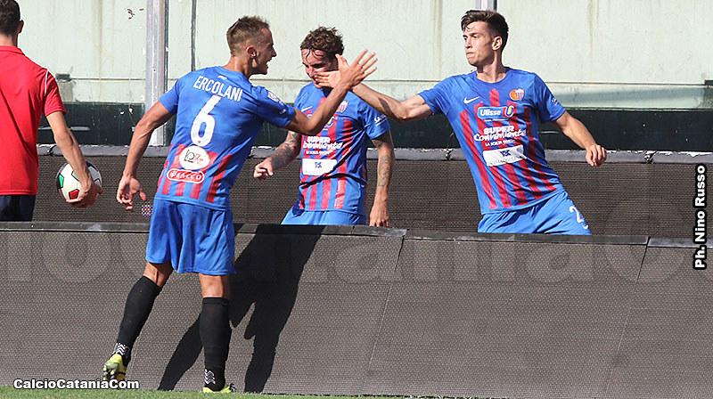 Ercolani si congratula con Moro dopo il gol del momentaneo pareggio etneo