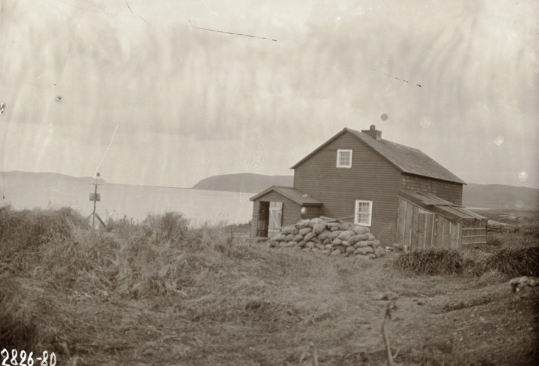 1909. 8 октября. Дом, в котором жили члены экспедиции. Умнак остров, с. Никольское.