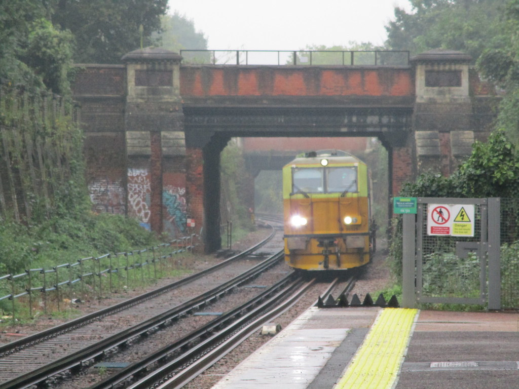 Network Rail / Balfour Beatty Windhoff MPV DR98929 + DR98979 thrashes past North Dulwich Railway Station