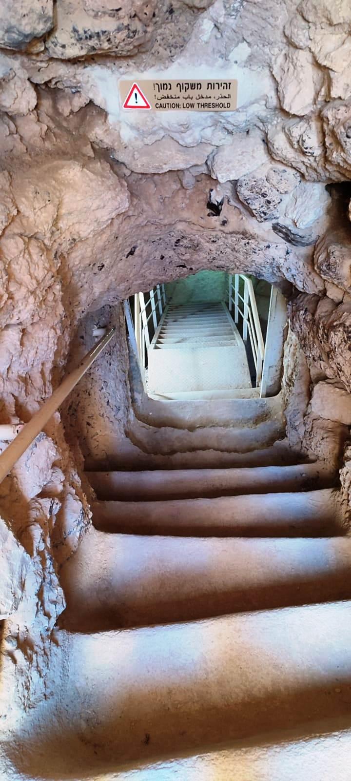 08. Спуск в подземные тоннели, по которым во время восстания Бар-Кохбы носили воду в осажденную крепость.