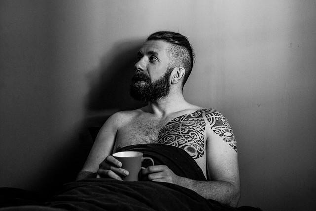 Nicolas prend son café au lit.
