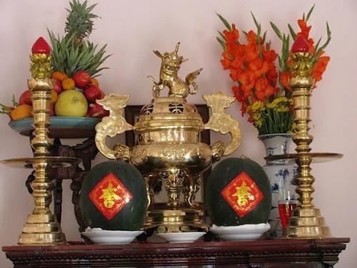 Bình hoa đặt bên nào trên bàn thờ? Đặt bên trái hay bên phải là đúng?