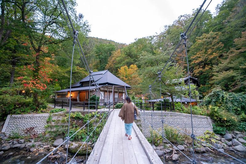 青荷温泉の温泉に向かう橋