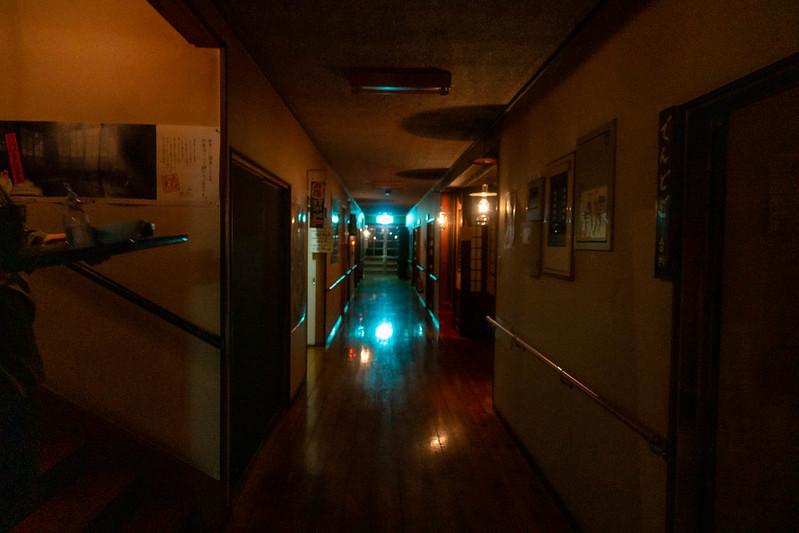 青荷温泉の夜の廊下