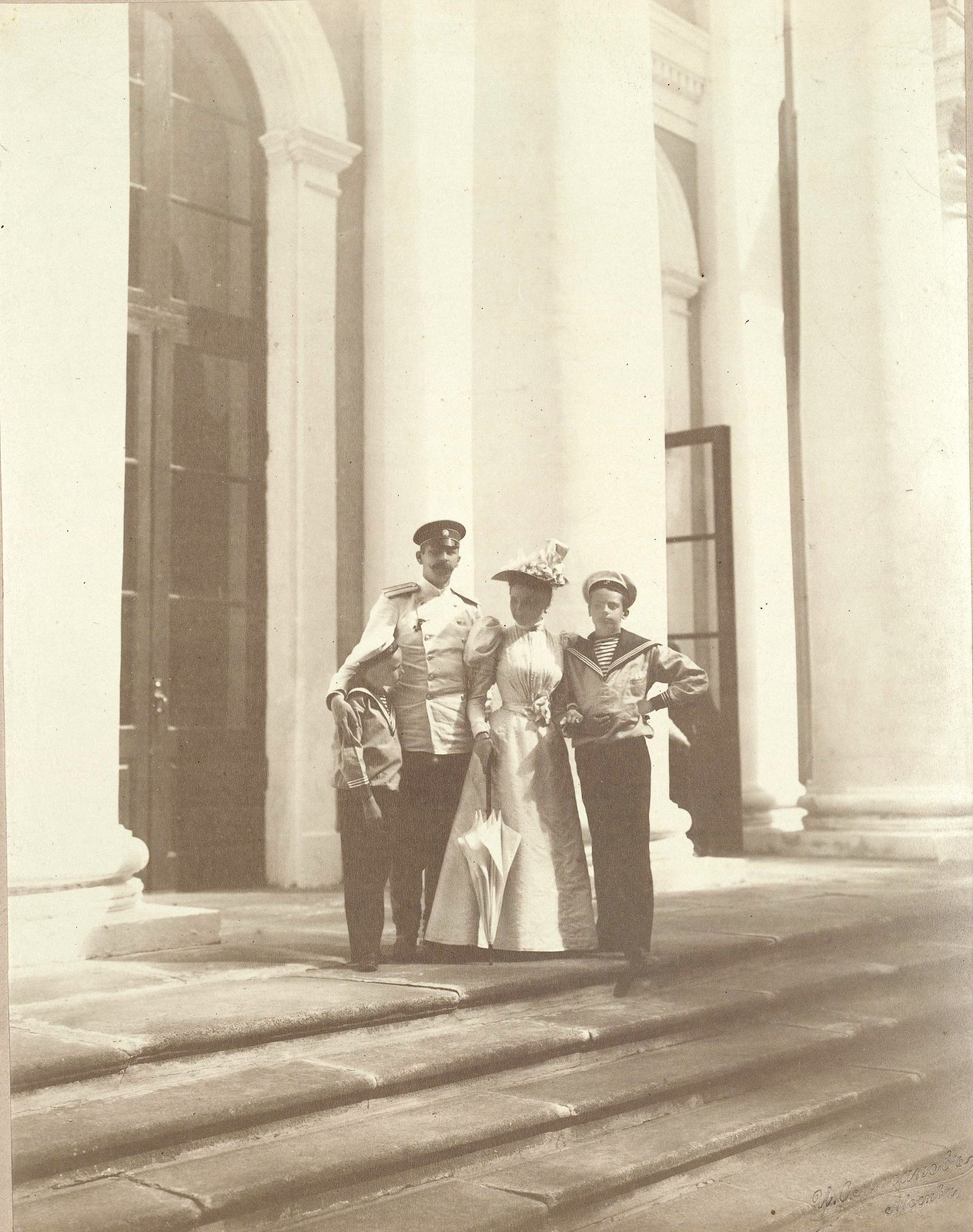 З.Н. и Ф.Ф. Юсуповы с детьми на ступеньках дворца в Архангельском, анфас