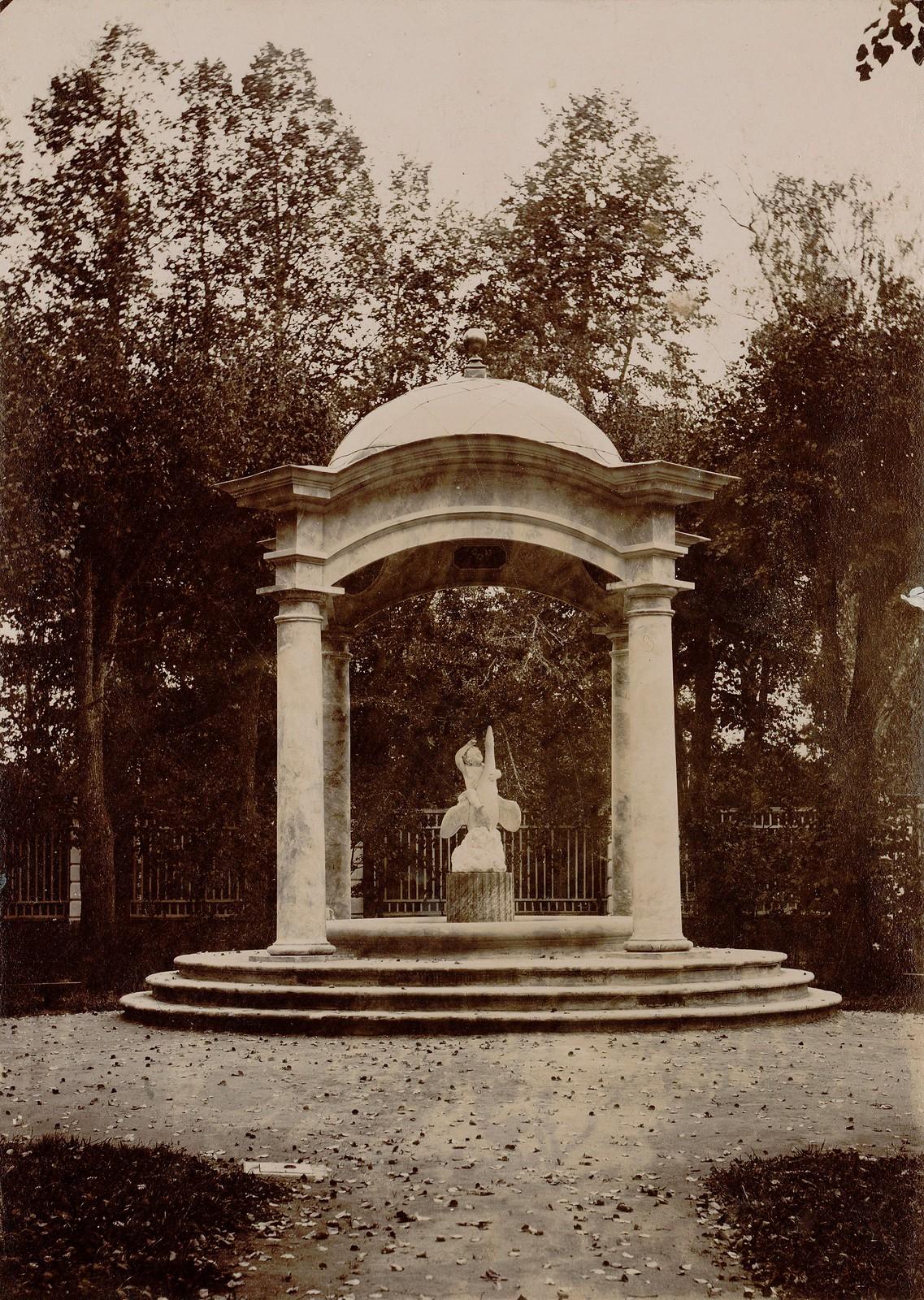 Розовый фонтан в парке Архангельского