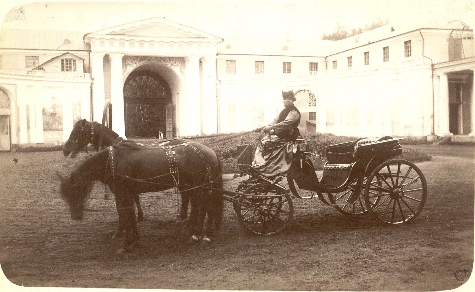 Коляска в парадном дворе в Архангельском