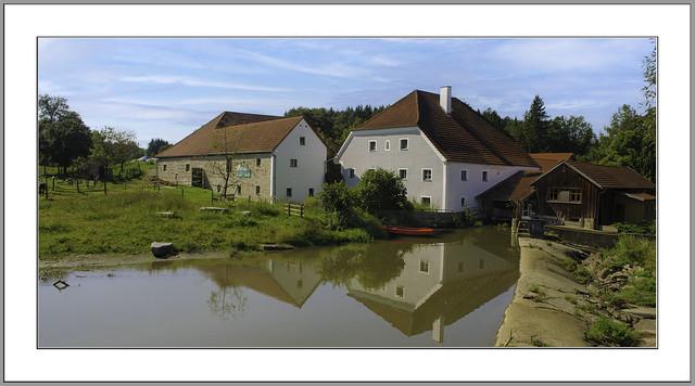 Mühlenhof, Mühle aus dem frühen 18. Jhd. unmittelbar an dem Flüsschen Wolfach gelegener Vierseithof, bei Knadlarn/Ortenburg, Landkreis Passau, Niederbayern.