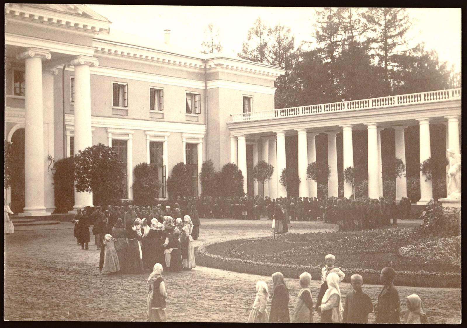 Группа крестьян у колоннады и северного фасада дворца в Архангельском