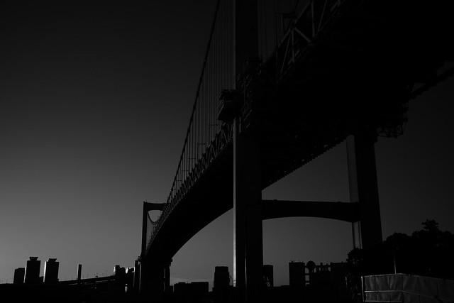 El puente y la ciudad parecían estar esperando el amanecer.