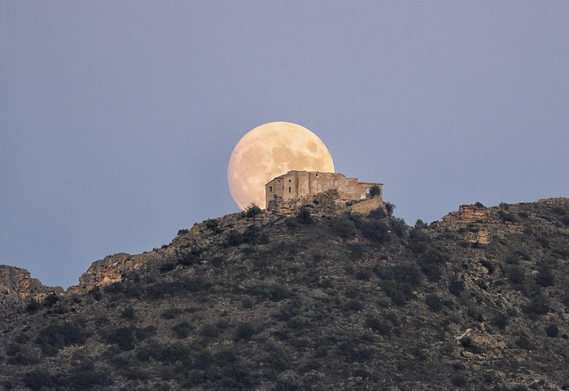 Luna llena de Septiembre en L´ermita del Puig de Xativa. fotografía realizada con una única toma a 3Km.