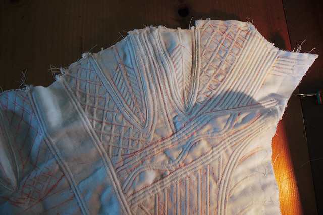 Une partie de corset empir, partiellement cordé, avec les marques de couture encore visibles