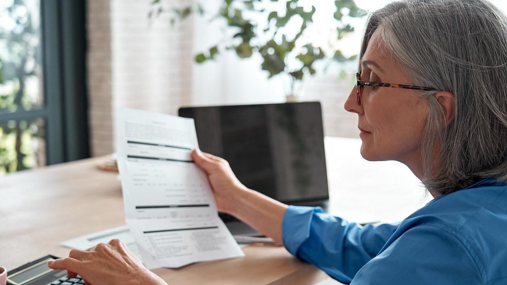 妇女核对财务报表