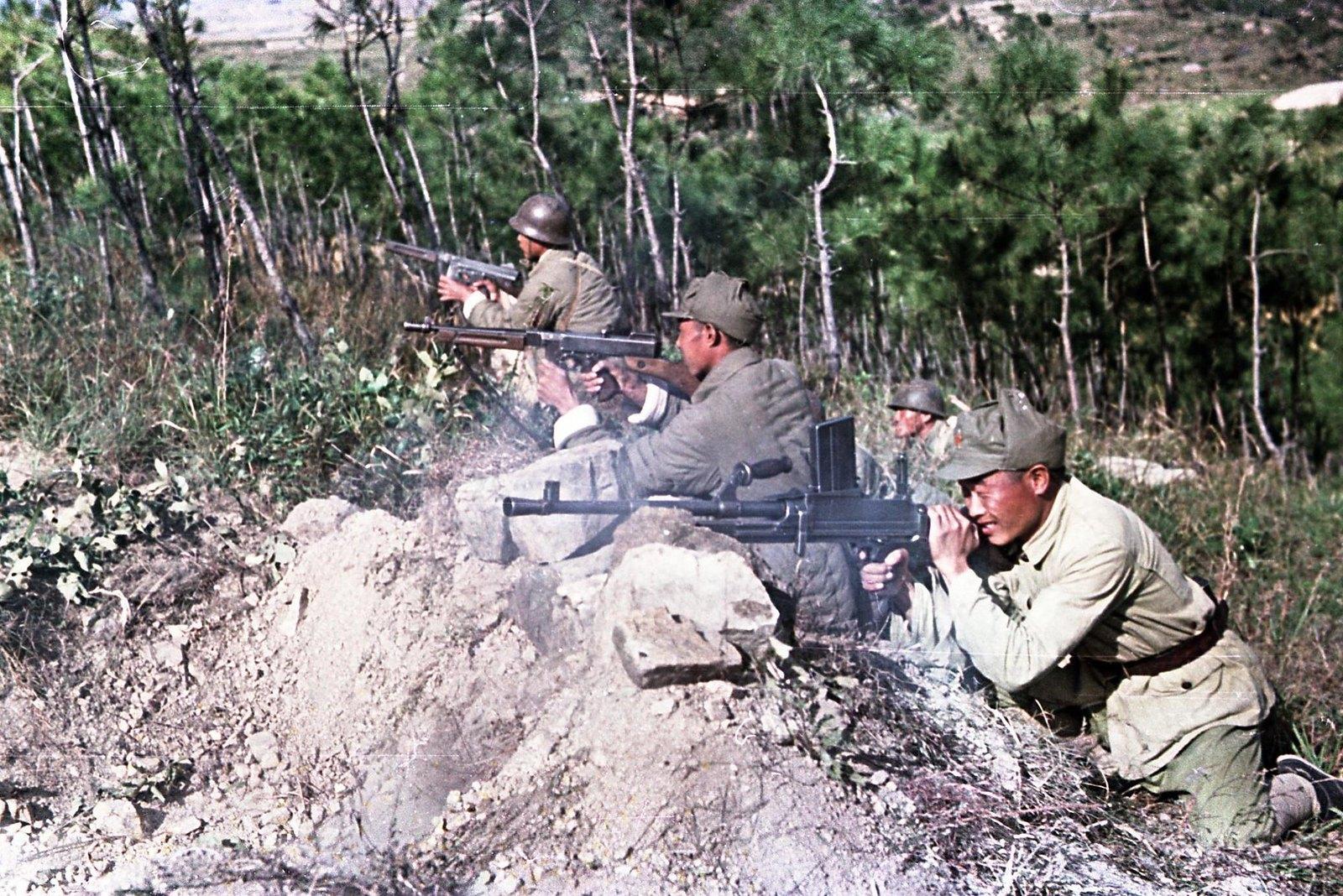 1949. Юго-Восточный фронт. Бойцы Народно-освободительной армии Китая в боевом охранении
