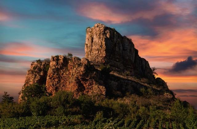 La roche de Solutré au crépuscule