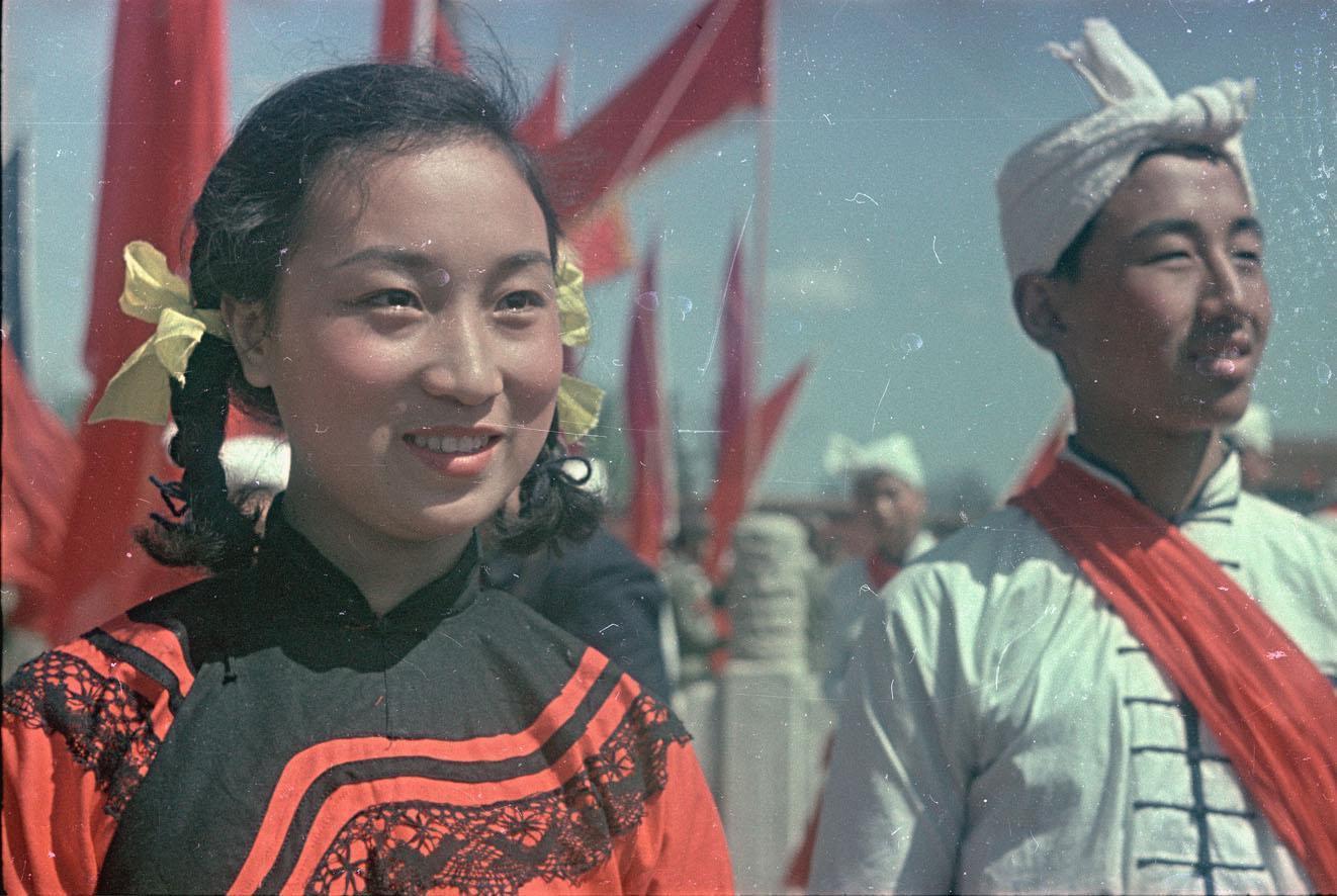 1950. Участники народного ансамбля на площади Тяньаньмэнь. Май