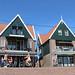 Volendam : commerces sur le port