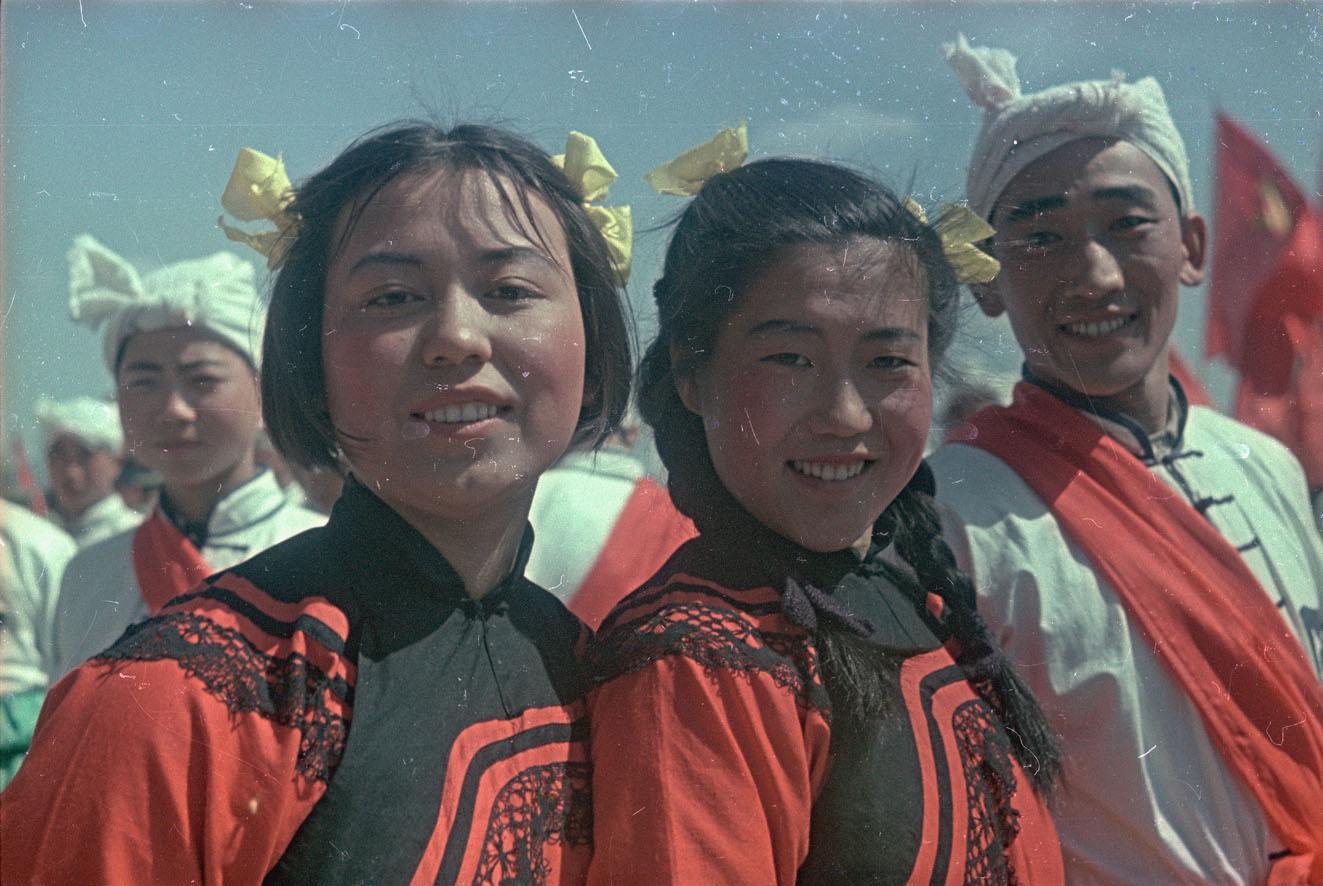 1950. Китайские девушки из народного ансамбля на площади Тяньаньмэнь, май