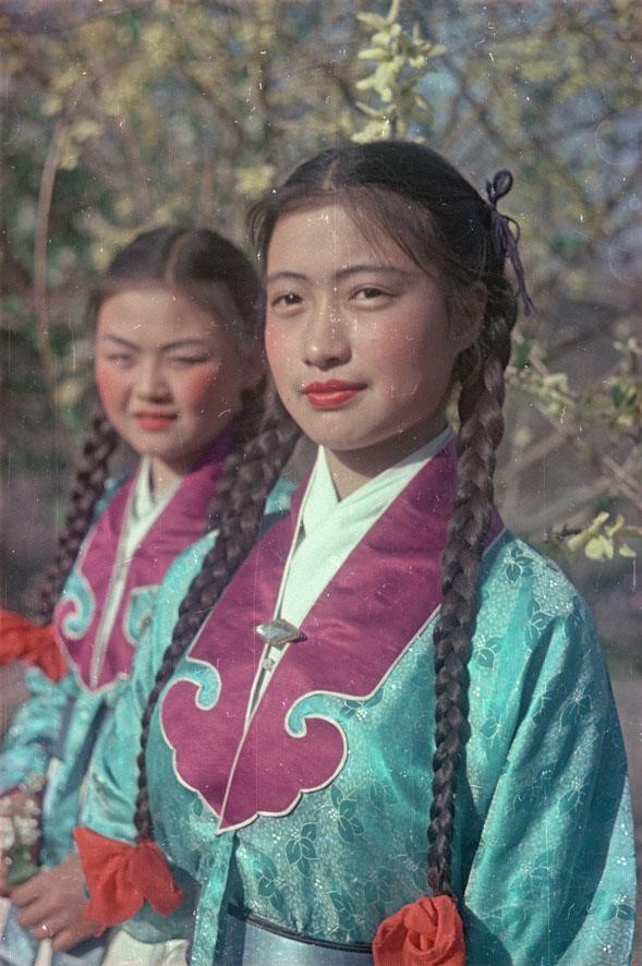 1950. Студентки театрального училища в Запретном городе - бывшем императорском дворце. май
