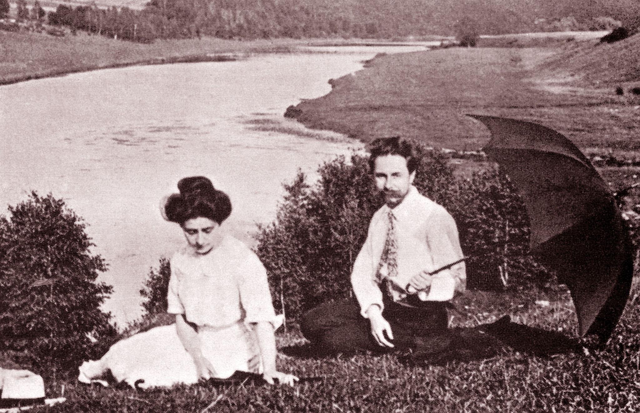 1912. Александр Скрябин и его вторая жена Татьяна Шлёзер на берегу Оки.