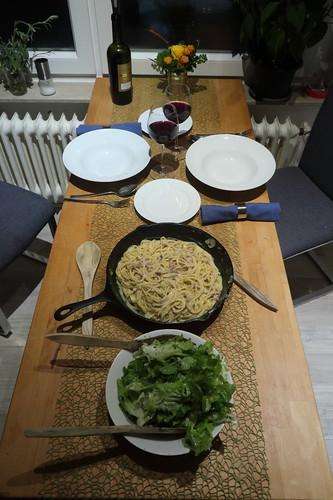 Spaghetti alla carbonara und grüner Salat (Tischbild)
