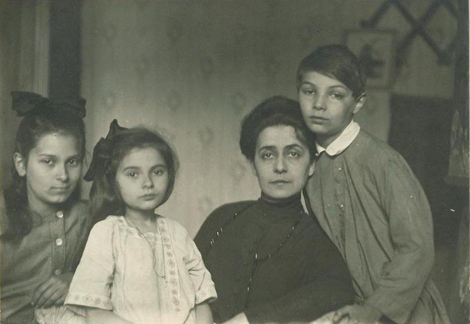 1918. Шлёцер Татьяна Фёдоровна и дети Ариадна, Марина, Юлиан Скрябины