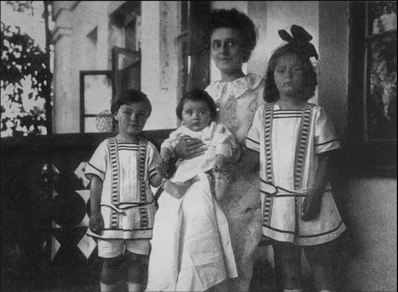 1912. Татьяна Шлёцер с детьми. Ариадна, Юлиан, Марина (на руках)