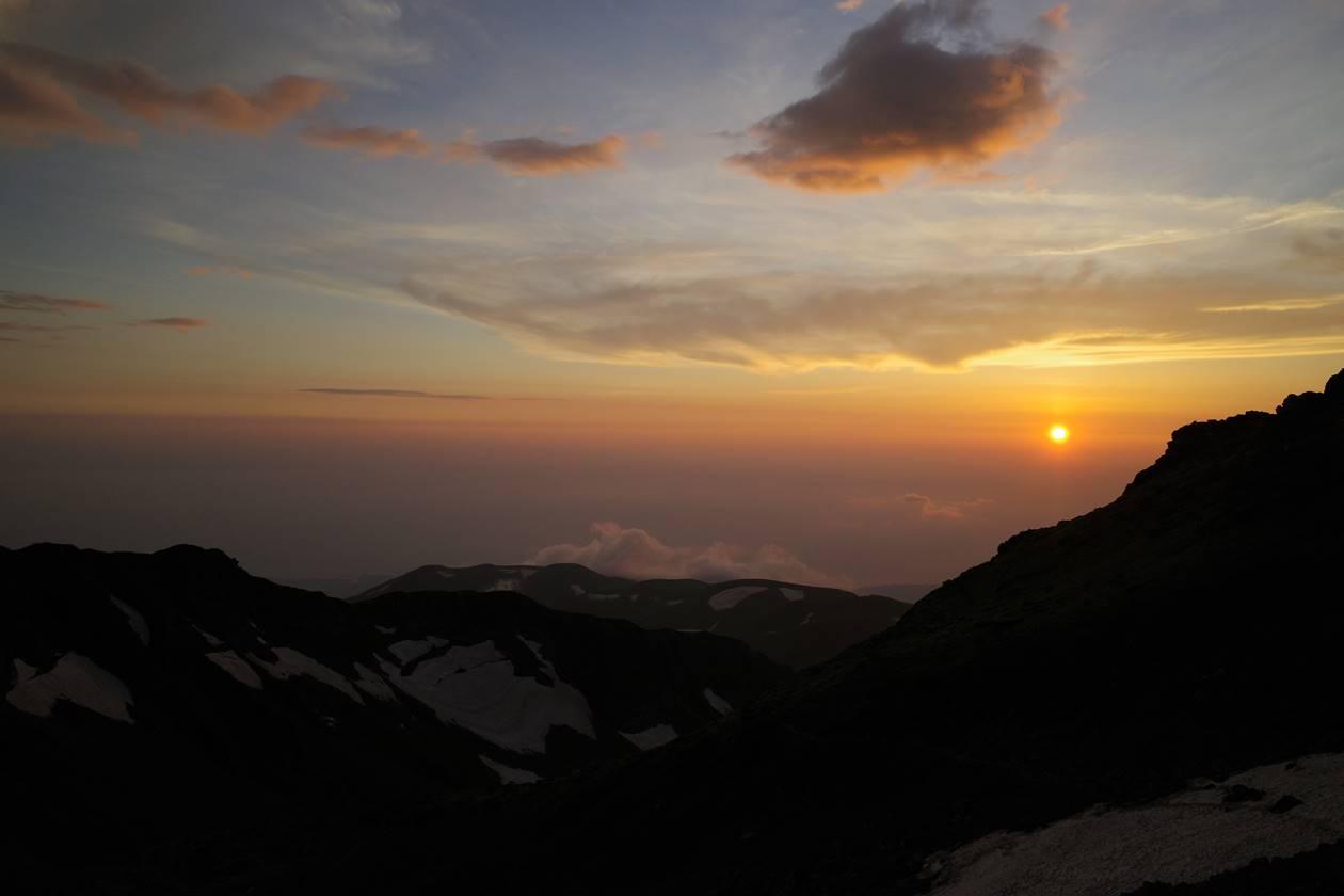 鳥海山から眺める夕日と日本海
