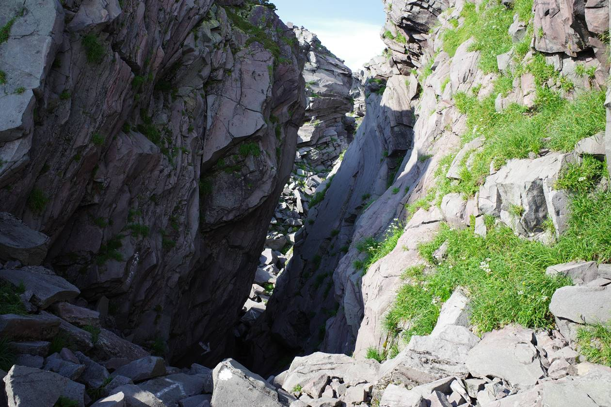鳥海山 山頂の岩壁
