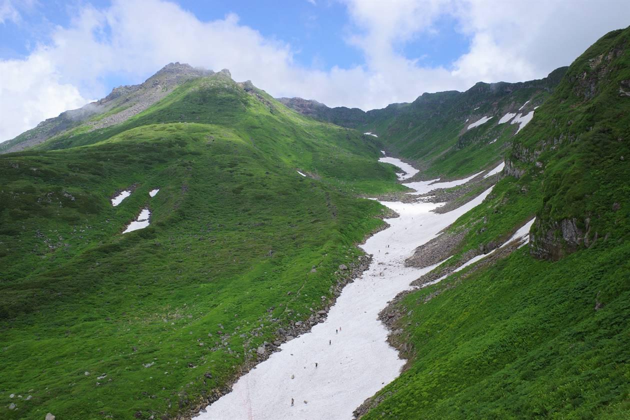 鳥海山の雪渓(千蛇谷)