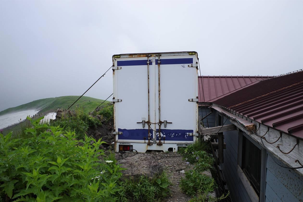 鳥海山・御浜小屋 トラック荷台の倉庫