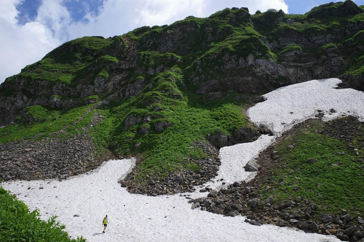 鳥海山 外輪山の絶壁と雪渓