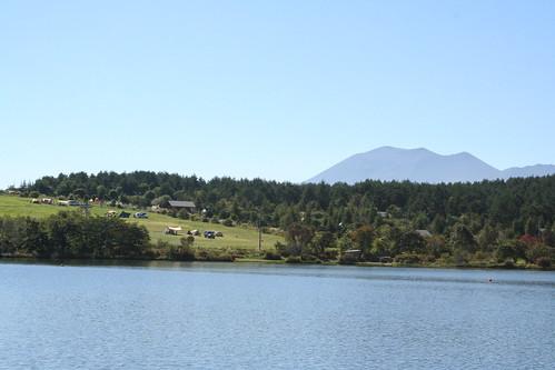 バラギ湖から無印良品カンパーニャ嬬恋キャンプ場を望む