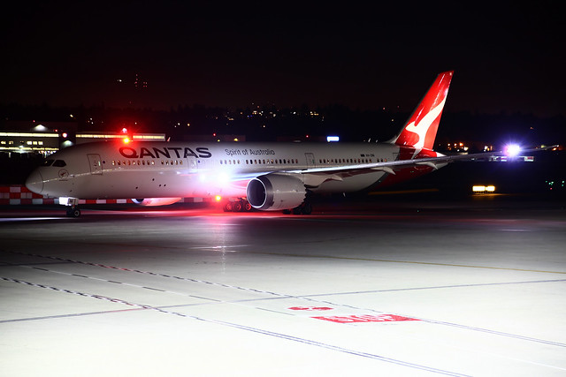 Qantas_VH-ZNI_i
