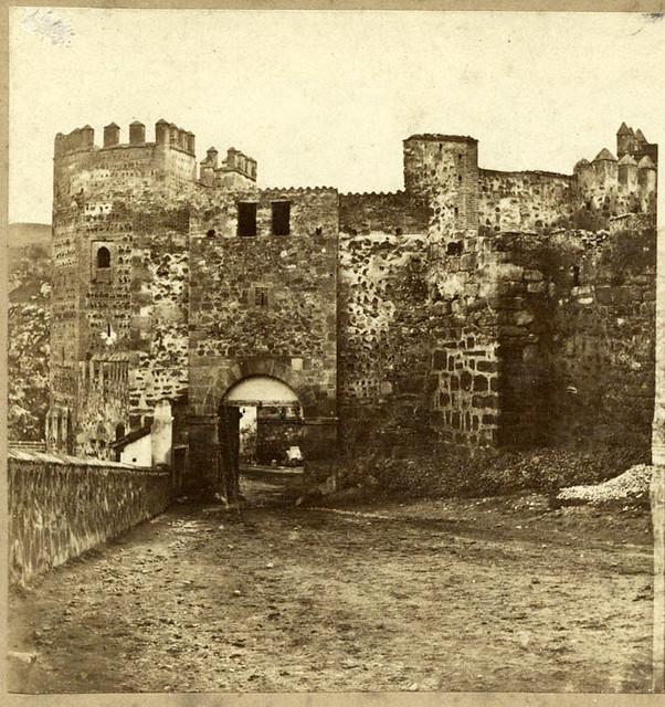 Parte trasera de la desaparecida Puerta de Alcántara en Toledo en 1857 por Eugène Sevaistre. Archivo Municipal, Ayuntamiento de Toledo (Colección Luis Alba)