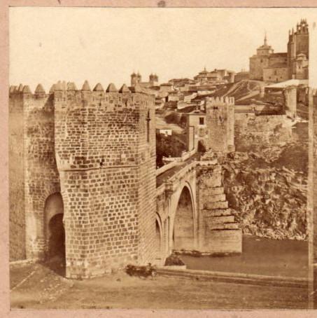 Puente de San Martín en 1857 por Eugène Sevaistre. Fotografía estereoscópica. Se ve la capilla de la Beata Mariana, adosada a San Juan de los Reyes, demolida en 1864