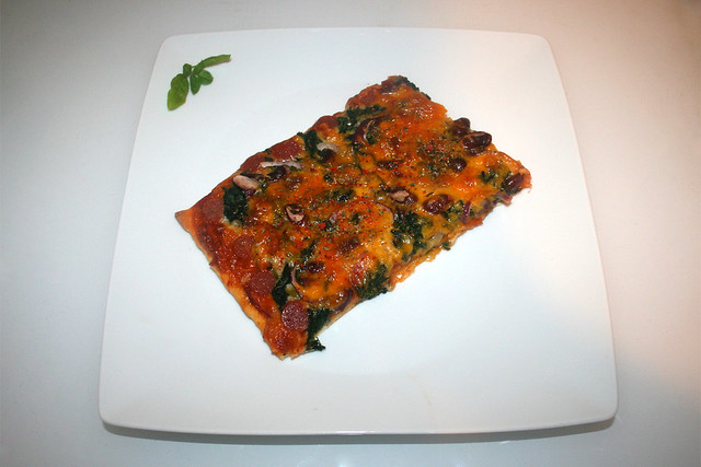 10 - Spinach salami kidney beans  pizza - Served / Spinat Salami Kidneybohnen Pizza - Serviert