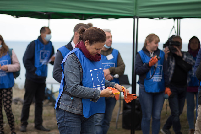 Global campaign goes local in Ukraine to clean up the Azov coastline