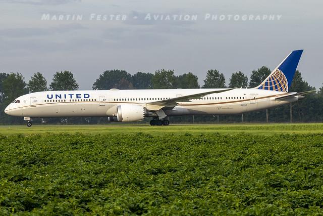 N12004 // United Airlines // Boeing 787-10